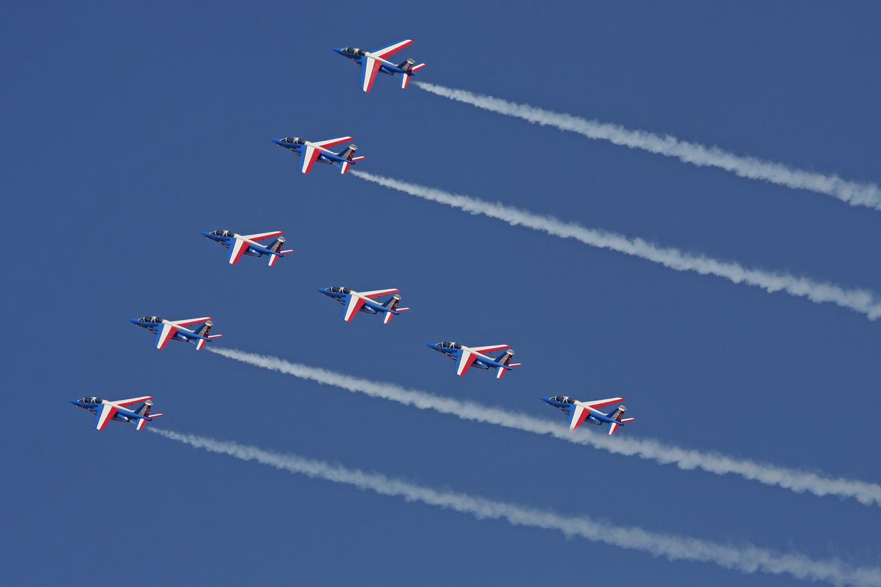 Dubai AirShow planes flying