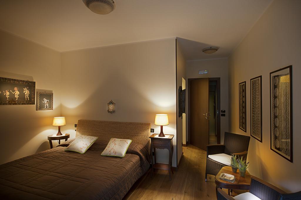 Hotel Villa Sostaga Italy romantic bedroom
