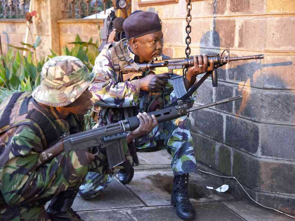Kenyan soldiers take cover near the Westgate shopping Mall